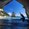 Spring ud i vandet ved kyst i New Zealand