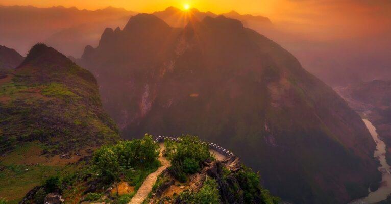 bjergudsigt med solnedgang