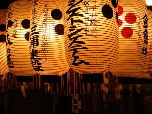 Japanske lanterner med lys i
