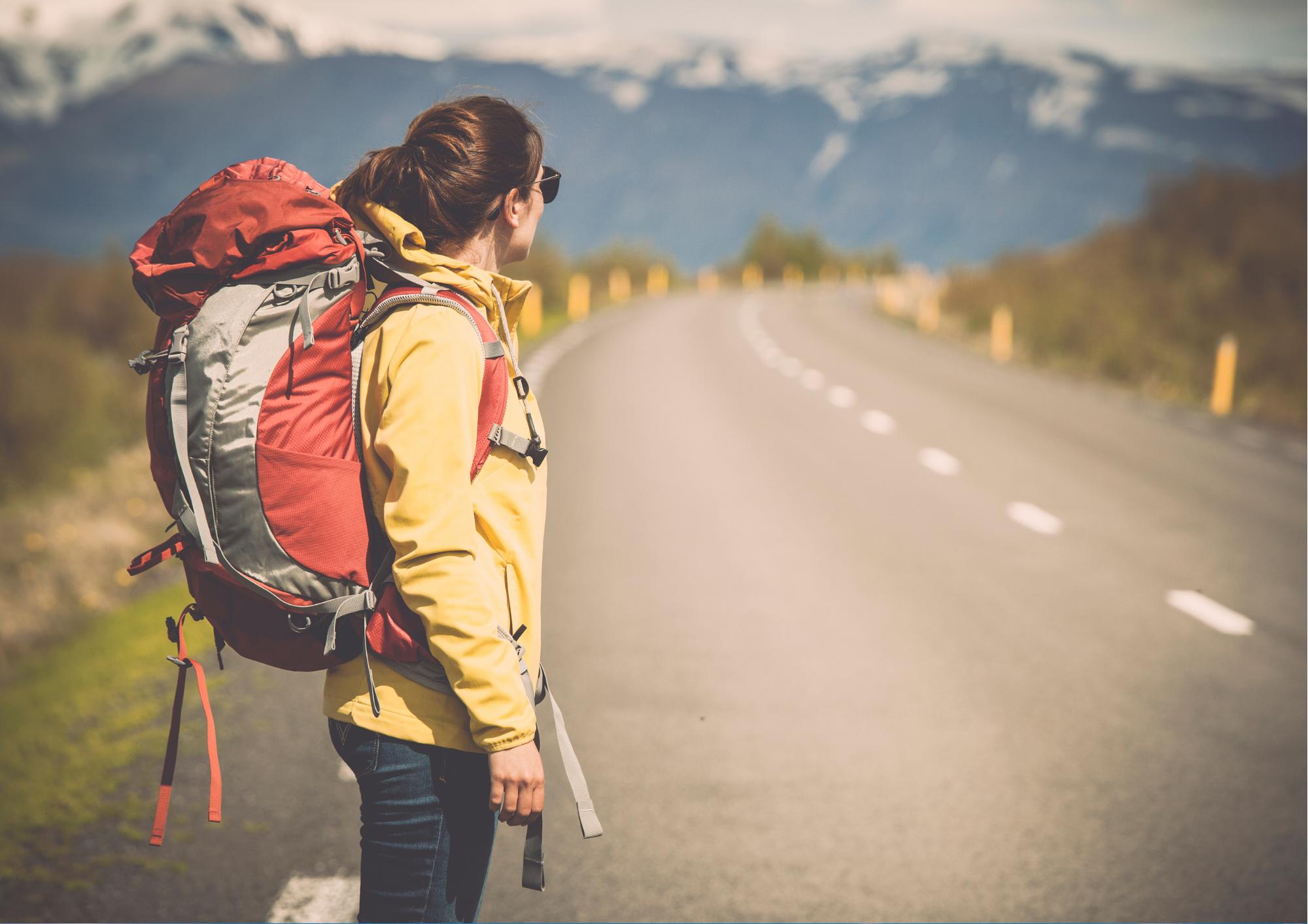 Kvindelig backpacker går alene på vej