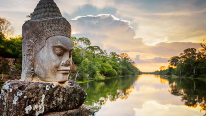 Flod og statue i Cambodja