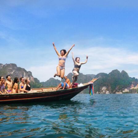 Piger på båd i Thailand